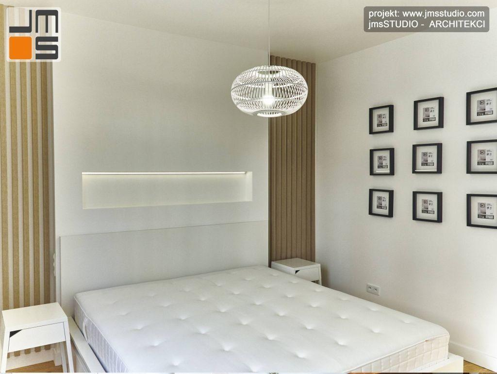 W ciekawym pomyśle na małą sypialnie w Krakowie zastosowano łóżko i ramki na zdjecia z IKEA